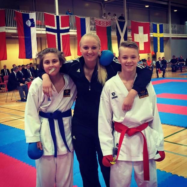 Coach Sara Raftsjö med sina adepter från Västerås Karatecenter