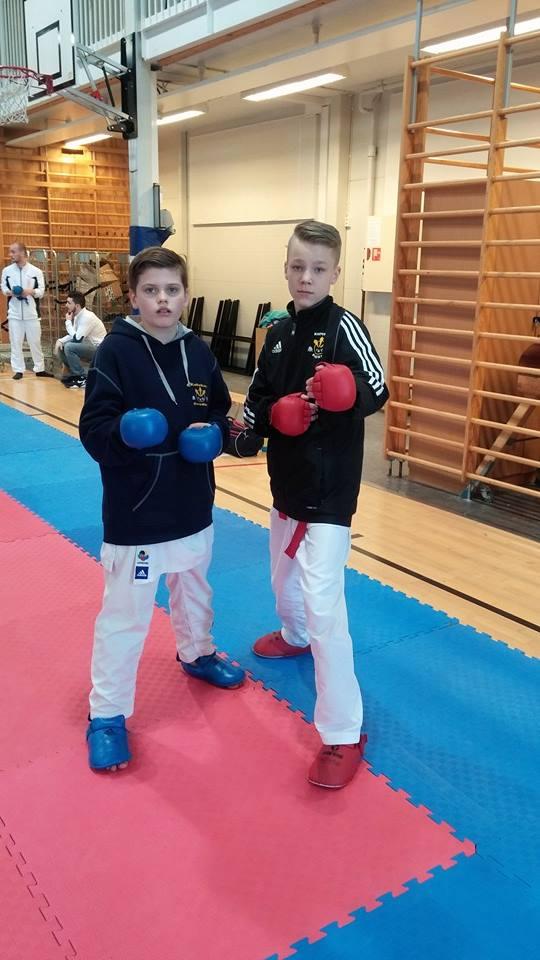 Uppvärmning på Kofukan International World Cup med grabbar från Västerås Karatecenter