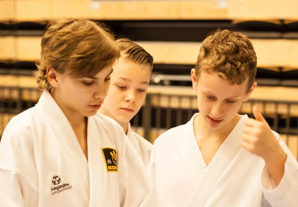 Västerås Karatecenter tävlingtruppen gör sig redo